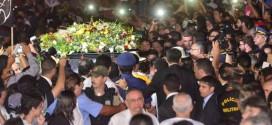 """Sob gritos de """"guerreiro do povo brasileiro"""", corpo de Campos é enterrado"""