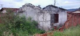 Casa abandonada gera reclamação da população