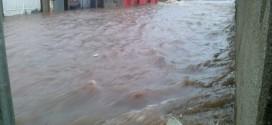 Forte chuva alaga ruas em Dourado