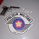 Arma falsa e droga encontradas pela polícia (Foto: RB Na Rede)