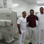 Prefeito Juninho Rogante, ao centro, com os técnicos do aparelho Gilberto Squarelli e Frederico Cabrera (Foto: Divulgação)