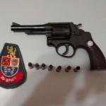 Revólver e munições apreendidos pela polícia (Foto: RB Na Rede)