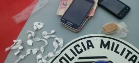 Mulher e adolescente são flagrados vendendo drogas