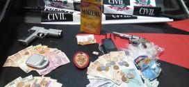 Polícia Civil encontra revólver, munições, arma falsa e drogas