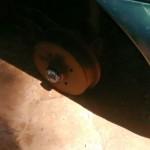 Carro foi encontrado sem as rodas (Foto: RB Na Rede)