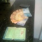 Dinheiro, documento da moto e celular apreendidos (Foto: RB Na Rede)