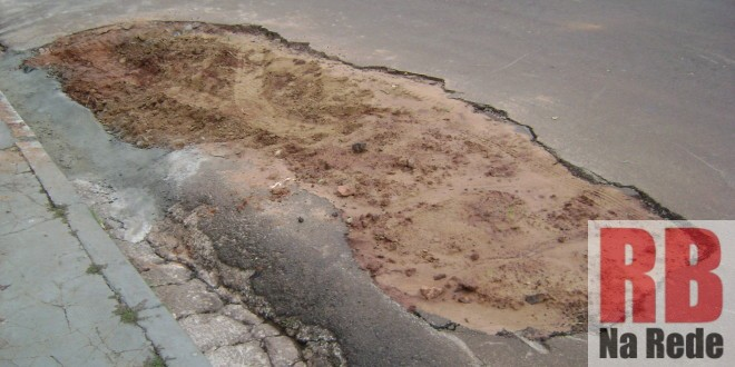 Moradores cobram conserto no asfalto de via em Ribeirão Bonito