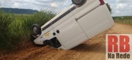 Van capota em estrada rural entre Ribeirão Bonito e Trabiju