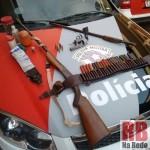 Armas, munições e apetrechos apreendidos pela polícia (Foto: RB Na Rede)