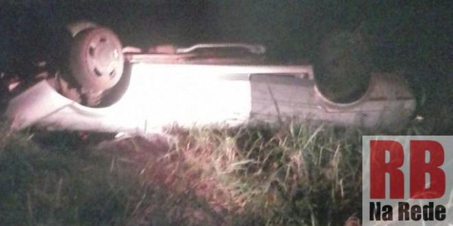 Homem é lançado para fora de veículo após capotar em Dourado