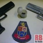 Armas falsas apreendidas pela Polícia (Foto: RB Na Rede)