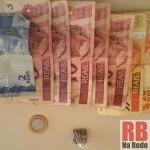 Porção de maconha e dinheiro que estavam com o rapaz (Foto: RB Na Rede)