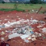 Lixo ainda está sendo descartado no antigo aterro (Foto: Divulgação)
