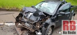 Veículo bate na traseira de caminhão na SP-215 em Ribeirão Bonito