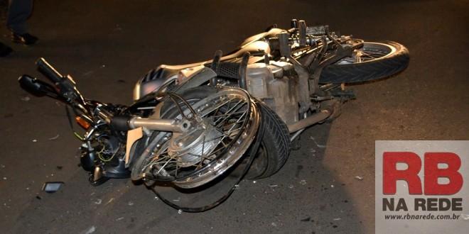 Rapaz fica ferido após colisão entre carro e moto em Ribeirão Bonito