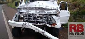 Passageiro morre após caminhonete bater atrás de caminhão na SP-215