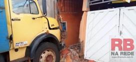 Caminhão atinge duas casas em Guarapiranga