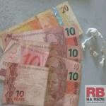 Pedras de crack e dinheiro que estavam com o menor (Foto: RB Na Rede)