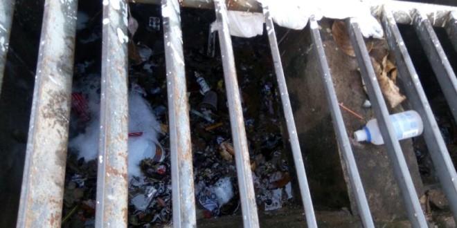 Moradores reclamam de sujeira e mau cheiro de bueiros em Ribeirão Bonito