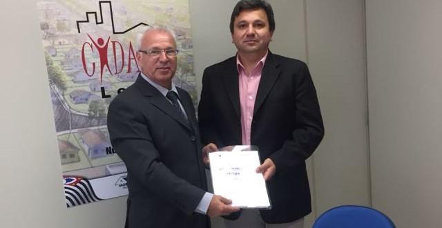 Prefeito de Ribeirão Bonito entrega documentação para aderir ao Cidade Legal