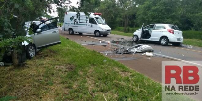 Três pessoas ficam feridas em acidente na SP-215 em Ribeirão Bonito
